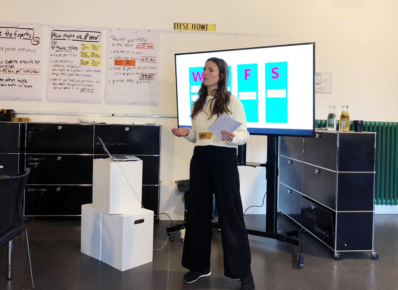 Teilnehmende des Projektes ''Design Sprint Week'' am präsentieren.